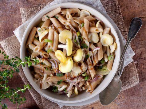 פסטה פנה מקמח מלא עם חלב קוקוס ופטריות חצוצרה זהובה