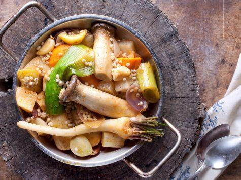תבשיל ירקות שורש עם פטריות מלך היער