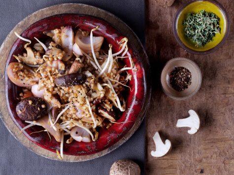 אורז מלא עם פטריות שיטאקי, נבטים וסויה