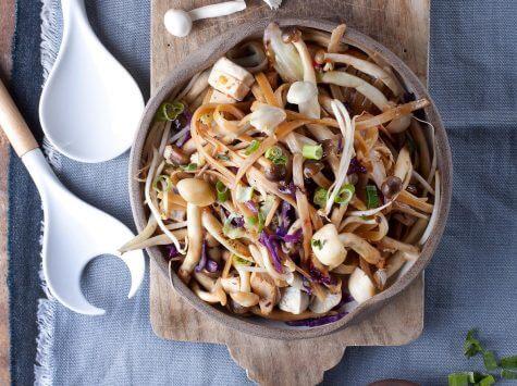 אטריות אורז מלא עם פטריות שי-מג'י, ירקות וטופו