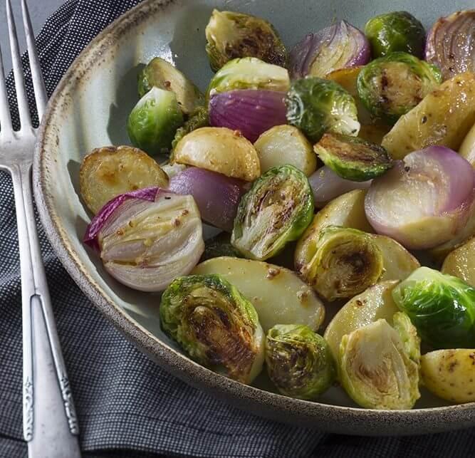 תפוחי אדמה, שאלוט וכרוב ניצנים אפויים בתנור