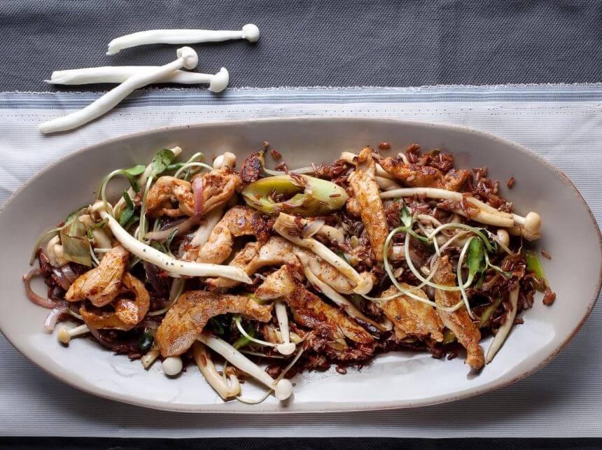 נתחי חזה עוף מוקפץ עם פטריות שינוקי ואורז אדום