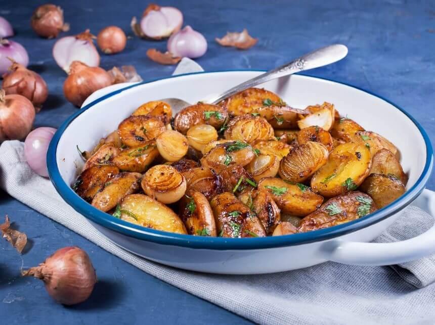 תפוחי אדמה מוקפצים עם שאלוט ועשבי תיבול