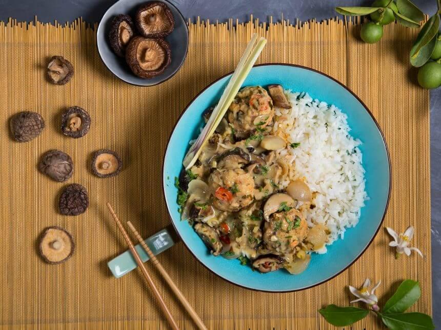 קציצות סלמון עם פטריות שי-טאקי על מצע אורז לבן.