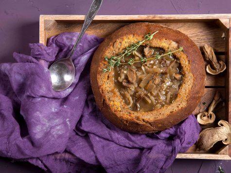 מרק בצל ופטריות פורצ'יני בקערת לחם