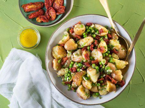 סלט תפוחי אדמה אפונה ועגבניות לחות