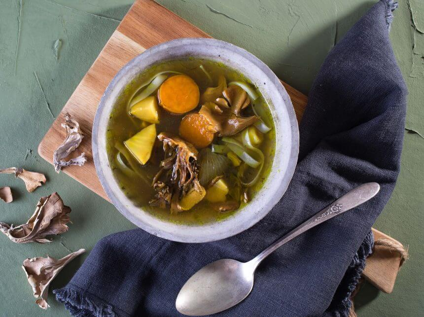 מרק ירקות, פטריות מאי-טאקי ואטריות אורז